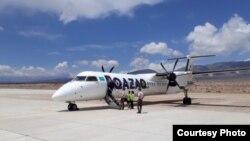 """Алматыдан жүргүнчүлөрдү алып келген """"Bombardier Q400""""."""