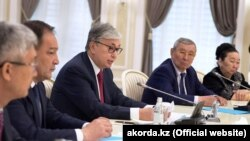 Қасым-Жомарт Тоқаев Маңғыстау облысындағы кездесуде отыр. 12 сәуір 2019 жыл.