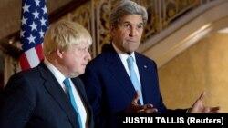 Ұлыбритания сыртқы істер министрі Борис Джонсон (сол жақта) мен АҚШ мемлекеттік хатшысы Джон Керри. Лондон, 16 қазан 2016 жыл.