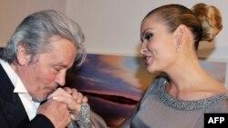 Француз актері Ален Делон және өзбек президентінің қызы Лола Каримова. Париж, 8 сәуір 2009 жыл. (Көрнекі сурет)