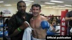 Ўзбекистонлик боксчи Баҳодир Мамажонов тренери Кен Ричардсон билан, 2012 йил 3 март.