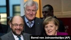 Martin Schulz (stânga), Angela Merkel (dreapta) și Horst Seehofer (centru)