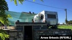 Kamp prikolica porodice Matić na temeljima porušene kuće, avgust 2016.