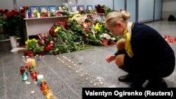 Колеги і родичі членів екіпажу літака «Міжнародних авіалінії України» «Боїнг 737-800», який зазнав катастрофи в Ірані, вшановують загиблих в міжнародному аеропорту «Бориспіль» біля Києва, 8 січня 2020 року