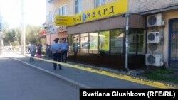 Полиция қызметкерлері белгісіз адам екі әйелді кепілде ұстаған ломбардтың алдында тұр. Астана, 14 тамыз 2016 жыл.
