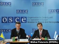 Flecher M. Burton i Serge Brammertz na konferenciji za novinare u Sarajevu, 1. novembar 2011.