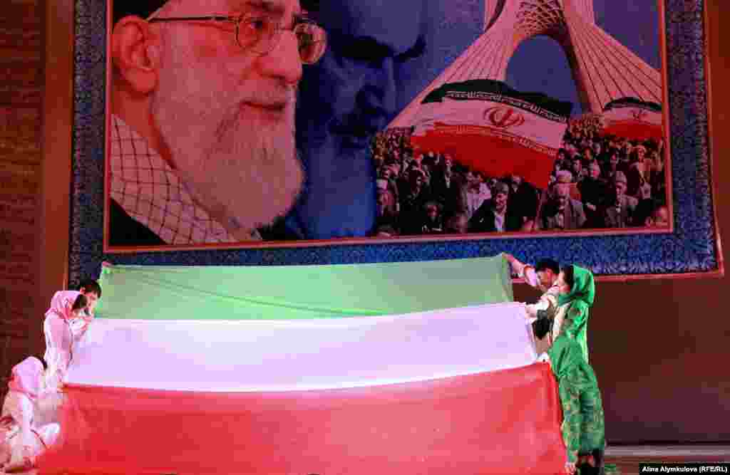 Зеленый цвет флага ИРИ означает ислам, белый цвет - мир, а красный - мужество и кровь, пролитую на войне.