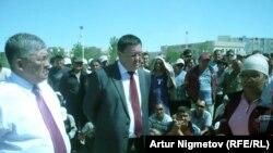 Аким Мангистауской области Крымбек Кушербаев (слева) на встрече с бастующими нефтяниками. Жанаозен, 1 сентября 2011 года.