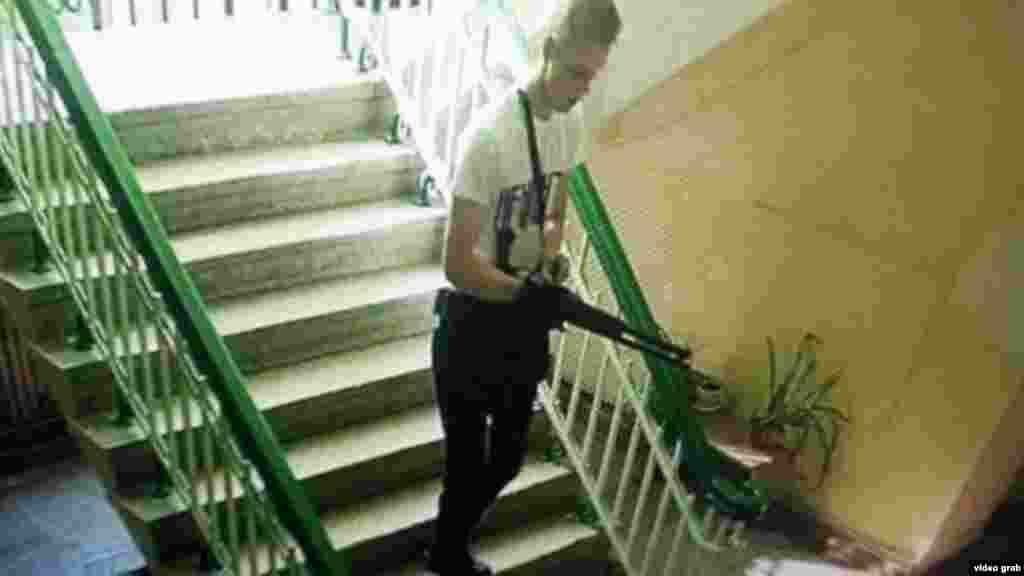 18-річний студент політехнічного коледжу Владислав Росляков, на якого кримські правоохоронці покладають провину за подію. Це стоп-кадр із камер спостереження. Згідно з оприлюдненими відео, Росляков ходив коридорами з автоматом і стріляв у студентів і викладачів. Його потім теж знайшли мертвим