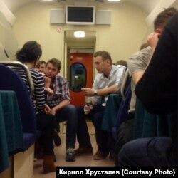 Алексей Навальный в поезде по дороге в Киров неделю назад