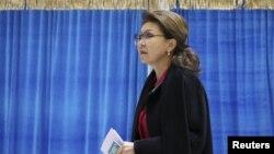 Дарига Назарбаева в бытность вице-премьером на избирательном участке в Астане в день выборов в парламент. 20 марта 2016 года.