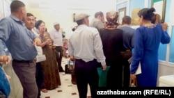 Türkmenistanyň bank şahamçalarynyň birinde nobata duran adamlar