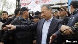 Құрманбек Бакиев жақтастары алдында сөйлеп тұр. Ош, 15 сәуір 2010 жыл.