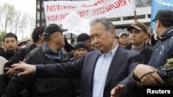 Охранники освобождают путь для свергнутого президента Кыргызстана Курманбека Бакиева, после того как ему не удалось обратиться к своим сторонникам в Оше. 15 апреля, 2010 года.