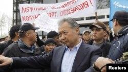 Курманбек Бакиев бийликтен кулагандан кийин. Ош, 15-апрель, 2010-жыл.