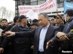 Свергнутый президент Кыргызстана Курманбек Бакиев выступает перед своими сторонниками. Ош, 15 апреля 2010 года.