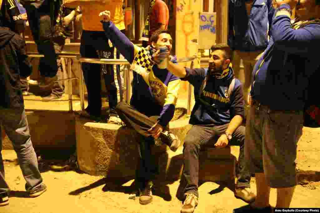 Фани «Фенербахче» з пивом співають футбольних пісень упереміш із гаслами проти уряду.