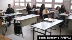 Učenici u polupraznoj učionici u Konjević Polju
