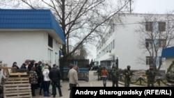 У ворот штаба ВМС Украины после захвата пророссийскими силами