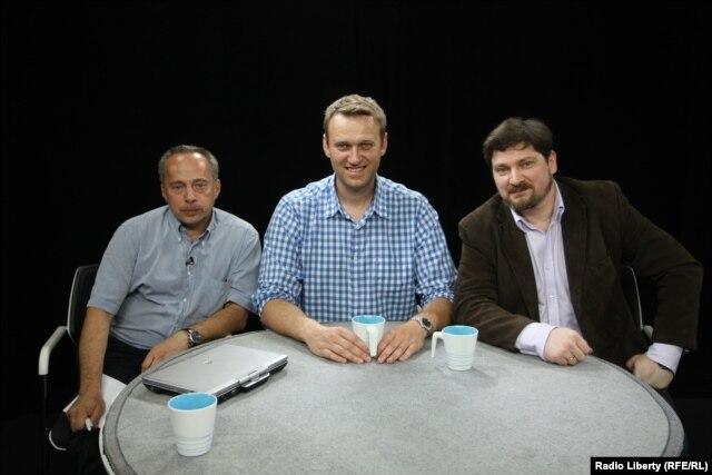 Михаил Соколов, Алексей Навальный и Данила Гальперович (слева направо) в студии Радио Свобода. 28 мая 2015 года
