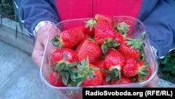 Полуниця, придбана на ринку в Сімферополі цього сезону.