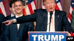 دونالد ترامپ (راست) در کنار یکی از مدیران کارزار انتخاباتیاش، کوری لوئنداوسکی، که او هم سابقه خوبی در برخورد با رسانهها ندارد.