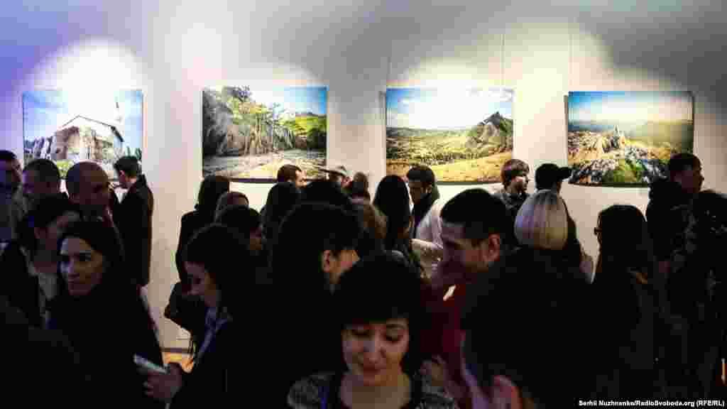 У роботах автора представлені різні пейзажі Криму: вулиці Бахчисарая, вид на Ялту, узбережжя Чорного моря, вид на руїни мечеті Джанібека та інші роботи