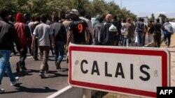 Мигранттар көлік жолымен Кале қаласына бара жатыр. 17 маусым 2015 жыл.