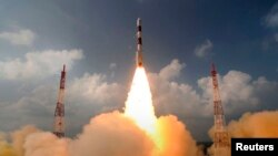 Үндістанның PSLV-C25 зымыран тасығышы орбитаға Марс зондын әкетіп барады. Үндістан, Шрихарикот ғарыш айлағы, 5 қараша 2013 жыл.