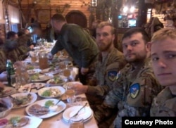 Брайан Боенджер (второй справа) и Крэйг Лэнг (третий справа) в армейской столовой