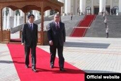 Жапония премьер-министрі Синдзо Абэ (сол жақта) мен Тәжікстан президенті Эмомали Рахмон. Душанбе, 24 қазан 2015 жыл.