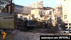 Արամի 30 հասցեում գտնվող հին կառույցն արդեն գրեթե հիմնովին քանդվել է