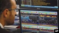 Фондовий трейдер дивиться на графік відображення діяльності на фондовій біржі