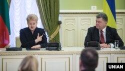 Президент України Петро Порошенко та президент Литви Даля Ґрібаускайте під час зустрічі у Києві. Ілюстраційне фото