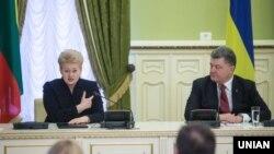 Dalia Grybauskaite (majtas) dhe Petro Poroshenko gjatë takimit në Kiev