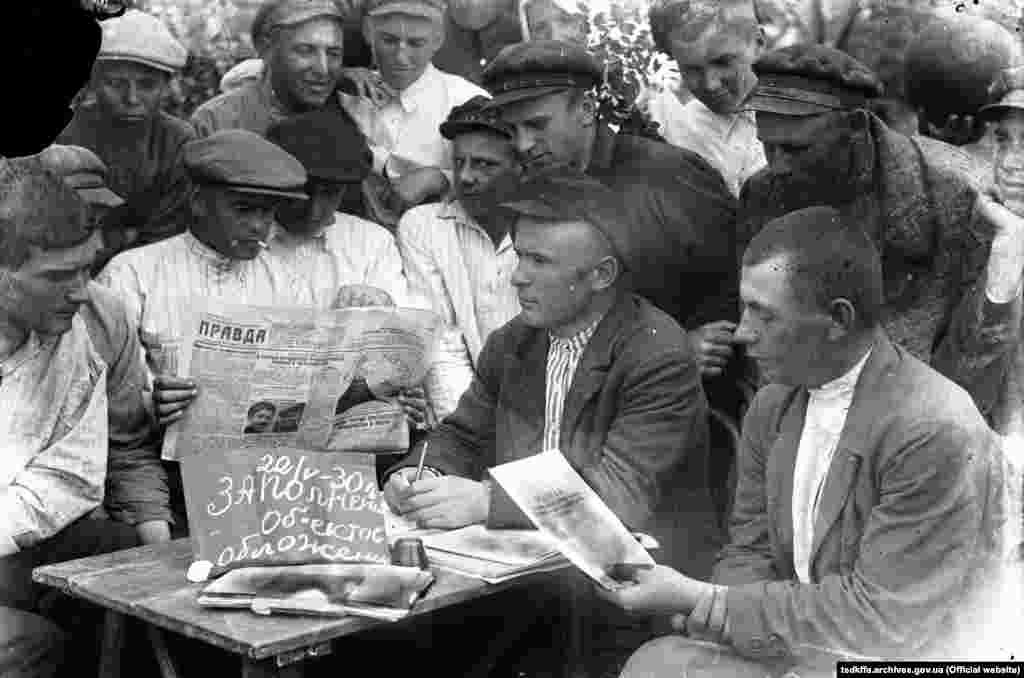 Уповноважений Гришинського райземвідділу пояснює селянам села Удачне Гришинського району Донецької області зміст Декрету про новий сільськогосподарський податок, 22 травня 1930 року