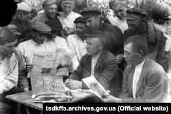 Уповноважений розповідає селянам із села Удачне про новий податок. Донеччина, 22 травня 1930 року