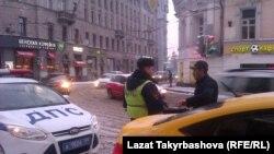 Мигранта остановил сотрудник ДПС. Москва, январь 2015 г.