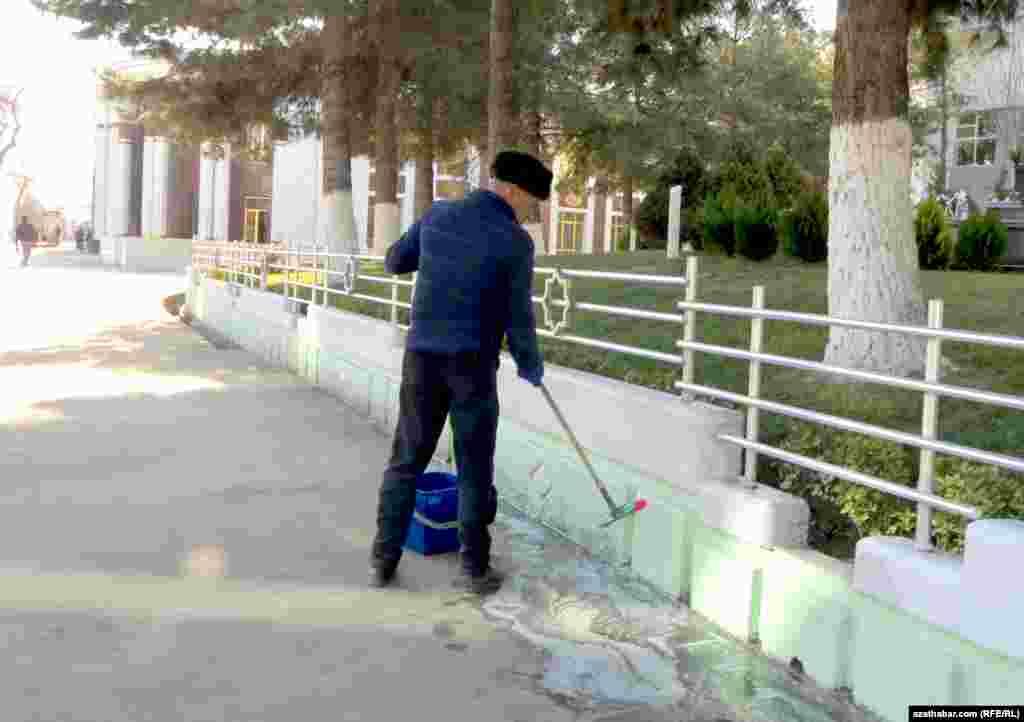 Ors bazarnyň golaýynda iş geçirip ýören işçi