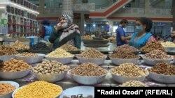 Торговые ряды на рынке в Душанбе.