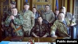 Перший так званий «голова» угруповання «ЛНР», що визнане в Україні терористичним, Валерій Болотов (в центрі) із поплічниками.