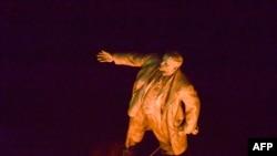28 вересня у Харкова активісти звалили 8-метровий пам'ятник Леніну