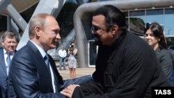 Володимир Путін і Стівен Сіґал у Владивостоці, вересень 2015 року
