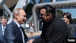 Russia -- Russian President Vladimir Putin (L) talks to US actor Steven Seagal (R), while visiting the oceanarium on Russkiy island outside Vladivostok, Primorsky Krai, September 4, 2015