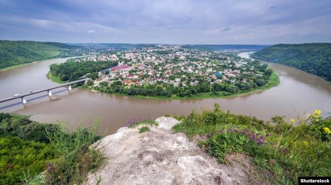 Панорама міста Заліщики, Тернопільська область. Місто розташоване на лівому березі Дністра. Ця територія є частиною національного природного парку «Дністровський каньйон»