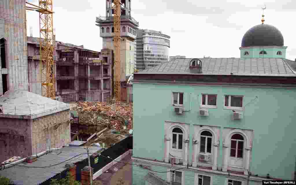 Соборная мечеть (руины слева) мешала строительству новой большой мечети.