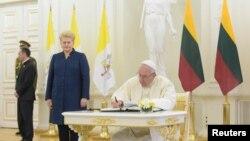 Papa Francis alături de președinta Lituaniei Dalia Gribauskaite. 22 septembrie 2018