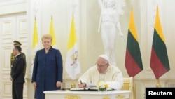 Președinta Lituaniei, Dalia Grybauskaite, alături de Papa Francisc, 22 Septembrie, 2018