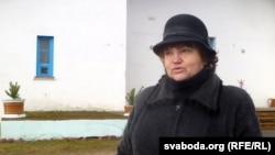 Людміла Галёва каля дому культуры, дзе раней працавала