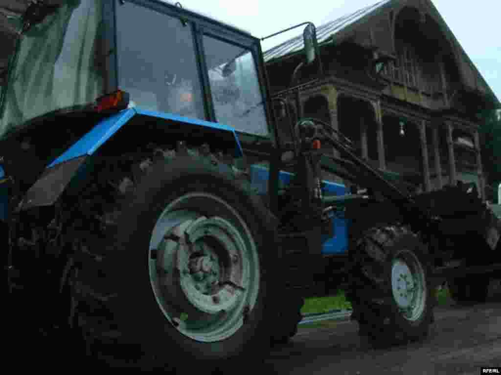 Трактар у Лошыцкім парку - Пратэст супраць рэканструкцыі Лошыцкага парку ў Менску, 21 ліпеня 2008 году